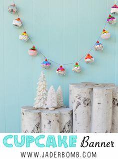 Remek szülinapi dekor ötletet találtam JaderBomb oldalán, készíts karácsonyi díszgömbökből muffin füzért!
