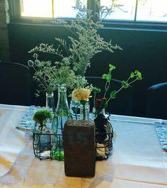 Wild centerpiece; wire basket; recycled bottles; DIY; limonium; carnation; green trick; rustic cheek