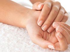 Zur breiten Auswahl an Nagelpflegeprodukten zählt auch das Nagelöl. Es hilft bei regelmäßiger Anwendung, die Nägel zu stärken. Wenn Sie Ihre Fingernägel pflegen wollen, wenden Sie bei Ihrer täglichen Maniküre auch ein gutes Nagelöl an.