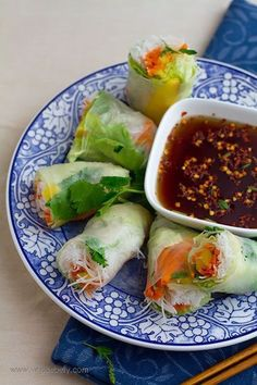 Vietnamese Summer Rolls with Mango and Sweet Chili Dipping Sauce.Oh how I love Summer Rolls! Vegetarian Recipes, Cooking Recipes, Healthy Recipes, Sauce Recipes, Veggie Recipes, Vegan Vegetarian, Cooking Tips, Wraps Vegan, Vietnamese Summer Rolls