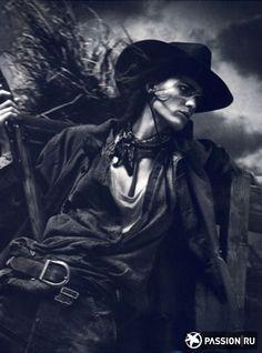 девушка в ковбойской шляпе и платком на лице - Пошук Google