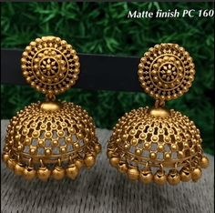 Gold Jhumka Earrings, Indian Jewelry Earrings, Jewelry Design Earrings, Gold Earrings Designs, Gold Jewellery Design, India Jewelry, Temple Jewellery, Jhumka Designs, Bands