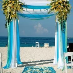 At the altar, the bride and groom should stand under beautiful wedding arches. Here are great ideas! (Image via Wedding Splendor)