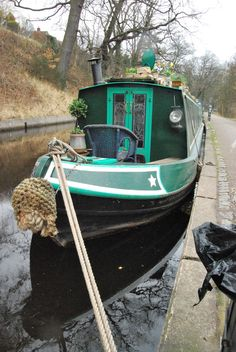 Have you been thinking about building your own boat, but think it may be too much hassle? Don't give up on your dream just yet! It is true that boat plans can be pretty complicated. Barge Boat, Canal Barge, Shanty Boat, Dutch Barge, Houseboat Living, Living On A Boat, Model Boat Plans, Boat Lift, Floating House