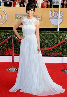 2014: Hannah Simone wore a light gray halter Marchesa gown with a ruffle neckline. Last year I saw this Marchesa dress online and was hoping a celebrity will wear to last years award season because it is gorgeous! Finally someone did and Hannah looks beautiful in it! It is elegant and beautiful.