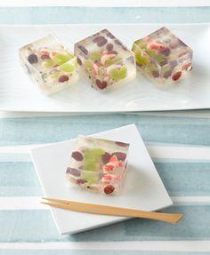 Gelatinas de jugo de fruta dulce con licor y pedacitos de uvas