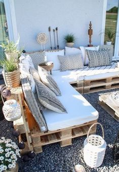 After 5 years it is finally here - the pallet lounge - lady-stil.de - Build your own pallet lounge, decorating ideas for the terrace and garden, Best Picture For decor - Pallet Lounge, Pallet Couch Outdoor, Pallet Bank, Pallet Seating, Wood Pallet Couch, Pallet Bed Frames, Pallet Sectional, Pallet Daybed, Pallet Benches