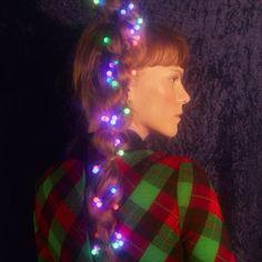 Penteado pisca-pisca para comemorar: falta só uma semana até o #Natal! Yes! E tamanha nossa obsessão pelas tranças  penteado dos mais clicados nas últimas semanas de moda  aqui uma versão acesa do cabelo. Ideia fofa: trançar fitas de tecido (bem natalino please) junto com os fios na hora de prender (Foto: @vivibacco; Beleza: @jakefalchi; Styling: @gio.grassi e Luiz Bonassoli; Concepção: @renatakalil e @stepheche; Edição de arte: @marinacard; Animação: @igsfrah; Produção: @camilasawamura e…