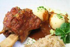 Mit diesem Rezept bringst Du bayrischen Flair auf deinen Grill. Denn die Schweinshaxe à la Oktoberfest schmeckt mit traditionellem Sauerkrautlecker sehr gut