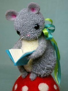mouse on mushroom reading