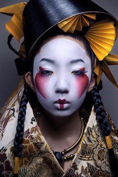 Akiomi Kuroda Fashion Geisha Leinwand - 37 x 49 - Japanese monsters - Makeup Geisha Make-up, Geisha Kunst, Geisha Sushi, Fotografie Portraits, Portrait Photography, Fashion Photography, Photography Ideas, Photography Women, Body Photography
