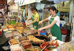 La ville de Singapour est un carrefour des cultures. Chinois, Malais, Indiens et autres cultures européennes se croisent pour faire de Singapour une ville intéressante au niveau gastronomique. L'avantage de Singapour c'est que vous avez accès à quasiment toute la nourriture de rue asiatique en un seul endroit ! Des mélanges de saveurs, des centaines de plats à goûter, bienvenue dans les rues de Singapour !