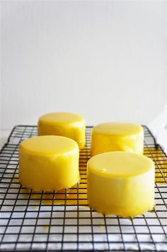 Bring to boil mango puree, sugar, glucose and cream and,off heat, add the white chocolate and softened gelatin.Cool to room temperature. Desserts To Make, Mini Desserts, Delicious Desserts, Individual Desserts, Sweet Desserts, Mango Mousse Cake, Mango Cake, Bakery Recipes, Sweets Recipes
