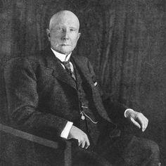 John Davison Rockefeller byl prvním americkým miliardářem, zbohatl zejména na ropě. Často je též považován za vůbec nejbohatšího člověka historie. Když v roce 1937 zemřel, měl majetek v hodnotě 1,4 miliardy dolarů. V přečtu na dnešní peníze je to přes 300 miliard dolarů. Rockefellerův majetek tak představoval 1,5 procenta hrubého domácího produktu celých USA.