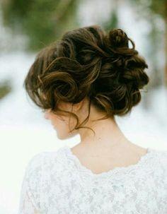 Chignon flou sur cheveux bouclésCommencez par faire des boucles sur l'ensemble de votre chevelure. Ensuite, à l'aide de pinces à chignon faites tenir le ...