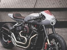 Luxembourg custom shop Blacktrack Motors creates the a sport-focused café racer carved out of the muscular Harley-Davidson Fat Bob Harley Fat Bob, Harley Davidson Fat Bob, Harley Davidson Street Glide, Harley Davidson Motorcycles, Sportster Cafe Racer, Suzuki Cafe Racer, Triumph Cafe Racer, Blitz Motorcycles, Custom Motorcycles