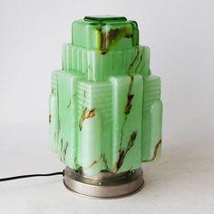 Online veilinghuis Catawiki: Art Deco stijl lamp met gemarmerd glas architecturaal gevormd - 2de helft 20ste eeuw