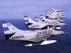 Douglas Skyhawks of the Escuadrilla Argentine Armada. Aviation Industry, Aviation Art, Military Jets, Military Aircraft, Fighter Pilot, Fighter Jets, Fighter Aircraft, American Air, Falklands War
