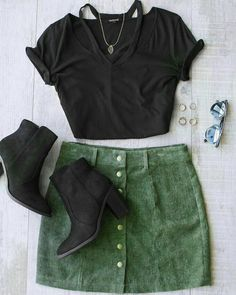 The shirt is cool. Skirt.. not so much Green Shorts Outfit, Green Skirt Outfits, Fall Booties, Suede Booties, Cute Outfits With Skirts, Pretty Outfits, School Fashion, Fashion Fashion, Fashion 2018