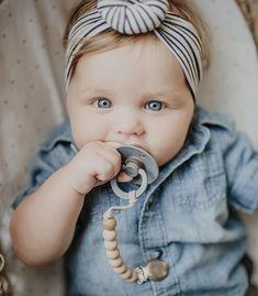 The cutest baby girl with our pacifier clip! #thebabyniche #sootherclip #pacifier #pacifierclip #teether #teething #babyaccessories #babyessentials #babygear #babygift #babyshowergifts #babygirl #babyboy #babyproducts #babygiftideas #toddler #toddlerlife #momlife #canadian #handmade #babylove #babyaccessory #colorblock #babygirlclothes #babygirlfashion #bows #babyclothes #babystuff #babystyle Cute Baby Girl, Cute Babies, Baby Shower Gifts, Baby Gifts, Handmade Baby Items, Baby Health, Baby Bows, Baby Girl Fashion, Beautiful Children