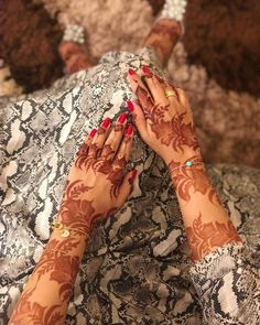 Image may contain: 1 person Mehndi Designs Book, Henna Designs Feet, Finger Henna Designs, Mehndi Designs For Girls, Arabic Henna Designs, Mehndi Designs 2018, Stylish Mehndi Designs, Dulhan Mehndi Designs, Mehndi Design Pictures