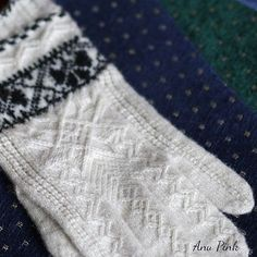 Ravelry: Old Runö Gloves pattern by Anu Pink Knitting Designs, Knitting Stitches, Knitting Projects, Hand Knitting, Knitting Patterns, Fingerless Mittens, Knit Mittens, Knitted Gloves, Gloves Fashion