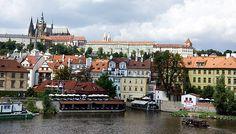 Pohled na Pražský hrad z druhé strany řeky