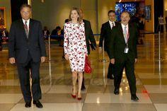 Su Majestad la Reina a su llegada a la sede de Naciones Unidas acompañada por el…