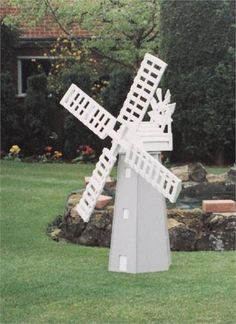 Plan and fittings to make this working garden windmill. Ideal project for the budding woodworker. Outdoor Crafts, Outdoor Projects, Garden Projects, Wood Projects, Projects To Try, Outdoor Decor, Windmill Diy, Wooden Windmill, Woodworking Articles