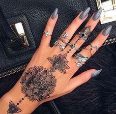 Henné, smalto grigio e tanti anelli