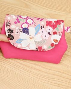 Diy Fabric Purses, Diy Bags Purses, Fabric Bags, Patchwork Bags, Crazy Patchwork, Diy Quilted Purse, Patchwork Patterns, Diy Bag Designs, Wallet Sewing Pattern