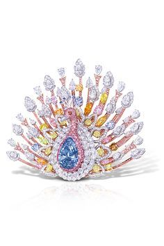 ペアシェイプダイモンドを中心に、様々なカラーダイヤモンドを用いて仕上げた華やかなブローチ  ザ・ピーコック・ブローチ 素材|ファンシーディープブルー(20.02ct)