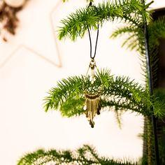Filigrane Bohemian-Xmas mit aussergewöhnlichem Flair. Ob als Geschenkanhänger, am  Weihnachts-Baum oder an einer Türklinke – dieses Schmuckstück in Altgold mit schwarzem Bändel ist umwerfend. Kitsch, Dandelion, Gold, Ceiling Lights, Flowers, Plants, Decor, Minimalism, Christmas Decorations