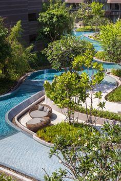 바닷가에 위치한 차암 호텔, 리조트의 야외수영장, 랜드스케이프는 최대한 자연을 모방, 인공성과 자연에 대한 경계를 모호하게 만든다. 그리고 이 모호함을 리조트 투숙객들을 위한 편안한 휴식처, 레져공간으로 할애한다. 총 6개의 구역으로 구분된 수영장 및 랜드스케이프 구역은 자연스런 물길의 흐름과 이에 따라 침식, 퇴적된 대지의 형상을 그대로 표현한다. 그리고 이 흐름을 따라 지역 자생식물을 식재한다. 곡선의 흐..