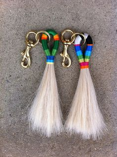 A while back ago I saw a Baggu bag. Now this was not just any Baggu bag but a collaboration bag.with Fredericks and Mae. Horse Hair Bracelet, Horse Hair Jewelry, Diy Jewelry, Jewelery, Jewelry Making, Jewelry Ideas, Diy Earrings, Leather Earrings, Diy Tassel