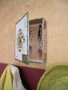 A cigar box key hanger--love this!