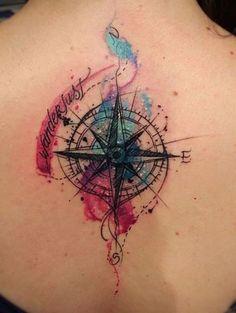 sehr schön aussehende bunte tätowierung mit einem schwarzen kompass auf dem nacken einer jungen frau