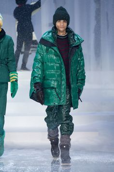 See all the Collection photos from Moncler Grenoble Autumn/Winter 2017 Ready-To-Wear now on British Vogue Raincoat Outfit, Hooded Raincoat, North Face Rain Jacket, Rain Jacket Women, Moncler, Raincoats For Women, Jackets For Women, Men's Jackets, Wraps