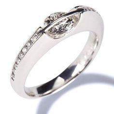 anillo de compromiso en oro blanco con diamantes y montura de estilo contemporaneo