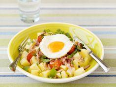 Aardappelsalade met spiegelei en spekjes - Libelle Lekker!