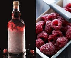 Iskold hindbærsnaps – hjemmelavet snaps | Mad & Bolig Vodka Shots, Vodka Drinks, Cocktails, Beverages, Juice Smoothie, Smoothie Drinks, Danish Food, Spiritus, Schnapps