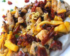 Pollo Marinaro: il pollo marinato al limone e miele incontra il sapore delle seppie cotte con lo zafferano. Questo mix di terra e mare in unico piatto vi conquisterà in ogni boccone.