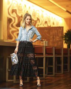 Look para o jantar de hoje! Amo misturar jeans com peças mais importantes de renda e bordadas como essa saia que era da minha mãe e a sandália de veludo bordado da @lojapaulatorres ! A clutch é @carolbassibrand  #FhitsRio @fhits #SummerPaulaTorres #carolbassibrand