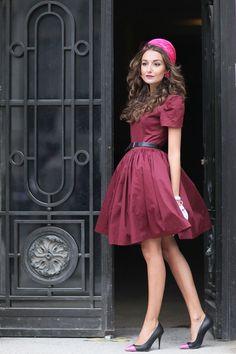 Un outfit muy femenino: vestido color vino y zapatos puntales #burgundy