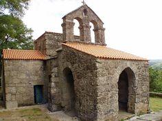 Santa Comba de Bande, Orense, Galicia, España. De origen visigodo, fue restaurada en el año 872 por orden de Alfonso III, según consta en un documento del monasterio de Celanova.Todo el interior de la iglesia, incluidas las bóvedas, pertenece a la construcción original pero, en los últimos años se ha sustituido la teja tradicional que la cubría por otra moderna que modifica negativamente su aspecto (vaya parche!!).   by twiga_swala, via Flickr (magnífica exposición)