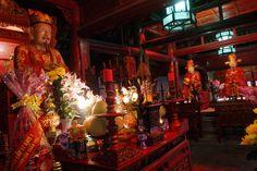 Statue de Confucius dans le Temple de la littérature d'Hanoi au Vietnam. Hanoi, Monuments, Vietnam, Temple, Kung Fu, Religion, Statue, Painting, Old Town