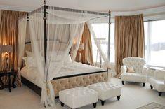 deko ideen schlafzimmer, weißes zimmergestaltung, beige dekorationen und vorhänge, sessel, fenster