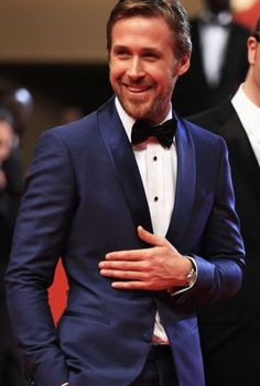 Ryan Gosling in a Sleek blue tux. Ryan wears the color blue so well. And for formal wear it is such a nice change from the standard black. The color blue is where it's at and Ryan Gosling is certainly pulling it off here. Ryan Gosling, Traje Black Tie, Pretty People, Beautiful People, Beautiful Smile, Beautiful Pictures, Costume Bleu Marine, Pantalon Costume, Wedding Outfits