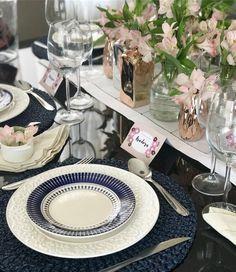 Relembrando essa mesa que produzi faz um tempo {} Amei a combinação do marinho  rosé  Vários vasos de tamanhos e materiais diferentes deram movimento para o arranjo central #asmesasdecoradas