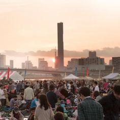 豊洲野音CARNIVALとは  現在進行形で「新しい東京」を生み出す豊洲を舞台に、カラフルでワンダフルな新しい音楽カルチャーが生まれました。会場となる場所は、東京タワー、スカイツリー、レインボーブリッジを眺めることができる新しい野音。それが「豊洲野音」です。  素晴らしいアーティストのライブはもちろん、世界中のダンスや伝統芸能が会場内で突然始まったり、マーケットエリアや、美味しいフェス飯だって食べれます。モノづくりや音楽、ダンスなどの多彩なワークショップに参加できます。  大きく開けた空が青から紫、赤へと変化し、あたりを夕闇が包むころ、目の前には東京ベイエリアの夜景があらわれます。都市とアウトドアのギャップが織りなす不思議な空間に、あなたはどんな可能性を見ますか?  ゆりかもめの新豊洲駅の目の前というアクセスの良さや、1日ずつ開催という手軽さも魅了の一つ。都市型野外フェスだから、小さな子ども連れのファミリーだって思う存分遊ぶことができます。豊洲エリアから広がっていく新しい音楽カルチャー、そして新しい東京を一緒に楽しみましょう!